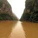 hd-achtergrond-met-bruine-rivier-in-een-kloof