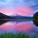 hd-achtergrond-met-roze-wolken-die-in-water-reflecteren