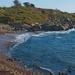 hd-achtergrond-met-strand-met-rotsen-en-zee-water