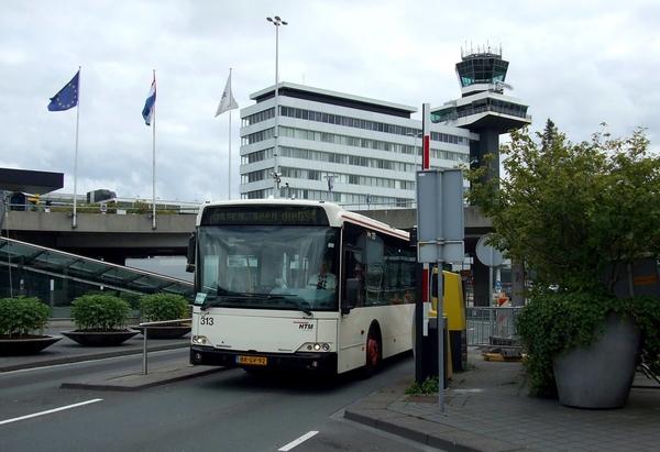 De niet-gestickerde HTM 313 op Schiphol