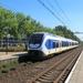 Een SLT komt aan op station Delft Zuid.