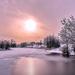 foto-prachtig-winterlandschap-met-bevroren-rivier-en-de-zon-hd-wi