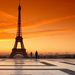 hd-landschap-achtergrond-man-maakt-foto-van-eiffeltoren-bij-zonso
