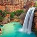 hd-landschap-achtergrond-met-een-waterval-in-de-bergen-en-een-kle