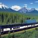 hd-trein-wallpaper-met-een-lange-trein-met-bos-en-bergen-op-de-ac