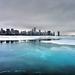 hd-winter-wallpaper-met-een-bevroren-meer-en-een-stad-achtergrond