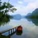landschap-wallpaper-met-een-meer-bergen-en-een-bootje