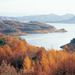 prachtig-uitzicht-op-een-meer-en-bomen-met-herfstbladeren