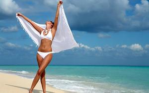 hd-bikini-wallpaper-met-vrouw-in-witte-bikini-op-het-strand-achte