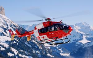 hd-helicopter-wallpaper-met-een-rode-helicopter-vliegend-in-de-be