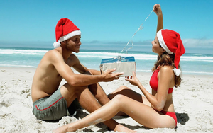 hd-kerst-wallpaper-man-en-vrouw-met-kerstmuts-op-het-strand-hd-ke