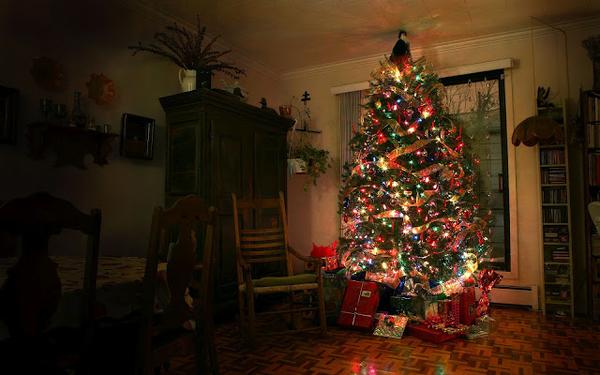 hd-kerst-wallpaper-met-kerstboom-met-kerstverlichting-in-de-woonk