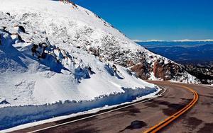 hd-landschap-wallpaper-met-een-weg-door-de-bergen-achtergrond-fot