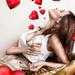 hd-liefde-wallpaper-een-vrouw-met-allemaal-liefdes-hartjes-om-haa