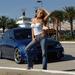 hd-meiden-wallpaper-met-een-blauwe-sportwagen-en-vrouw-in-blauwe-