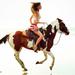 hd-paarden-wallpaper-met-een-mooie-meid-rijdend-op-een-bruin-wit-
