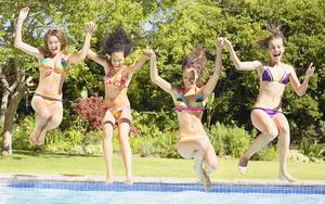 hd-vrouwen-achtergrond-meiden-in-bikini-springen-in-het-zwembad-w