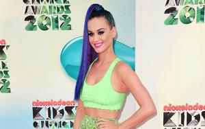 hd-zangeres-katy-perry-wallpaper-met-groene-kleren-en-blauw-haar-