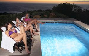 hd-zwembad-wallpaper-met-een-paar-meiden-zittend-bij-het-zwembad-