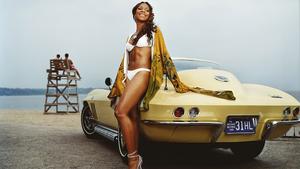 hd-auto-wallpaper-met-een-mooie-meid-in-witte-bikini-staat-tegen-