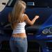 hd-meiden-wallpaper-met-een-blauwe-auto-en-een-meid-in-blauwe-spi