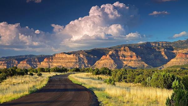 hd-achtergrond-landschap-met-een-weg-door-de-bergen-hd-wallpaper