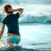 hd-achtergrond-mooie-meid-blauw-bikini-broekje-en-met-surfplank-i