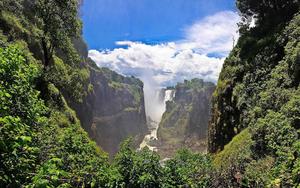 hd-landschap-wallpapers-met-bergen-en-veel-bos-en-een-waterval-hd