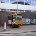 Tram komt uit buitenmuur bij een kunsttentoonstelling