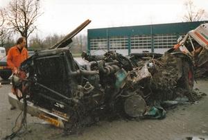 Jan Vogelzang bekijkt de restanten van wat eens een Volvo was