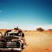 hd-auto-achtergrond-met-een-oud-autowrak-in-de-woestijn-hd-woesti