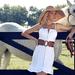 hd-paarden-wallpaper-met-een-mooie-vrouw-en-een-wit-paard-achterg