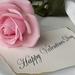 hd-achtergrond-met-een-roze-roos-en-een-briefje-met-de-tekst-happ