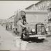 Vuilniswagen en erachter de straatveger