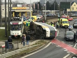 Tram ontspoort en kantelt aan rotonde Wommelgem