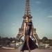 frau-im-schwarzen-kleid-auf-der-foto-fur-den-eiffelturm-in-paris-