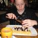 21) Jana kiest voor een laagje chocolade