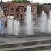 36) Jana neemt verfrissing aan de fonteinen