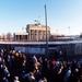 2a De Berlijnse muur _burgers van Oost en West op de muur op 22 d