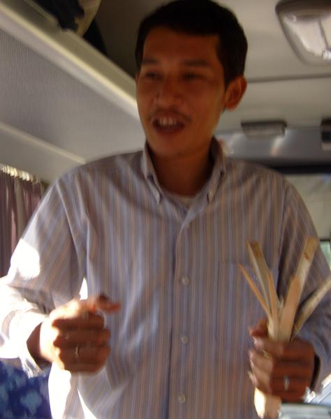 Gids met bamboestok met rijst