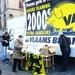 Andrea voert campagne op de markt van Veune voor Vlaams Belang
