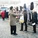 Andrea voert campagne op de markt van Veurne voor Vlaams Belang
