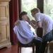 Andrea wordt opgemaakt voor de fotosessie van het Vlaams Belang